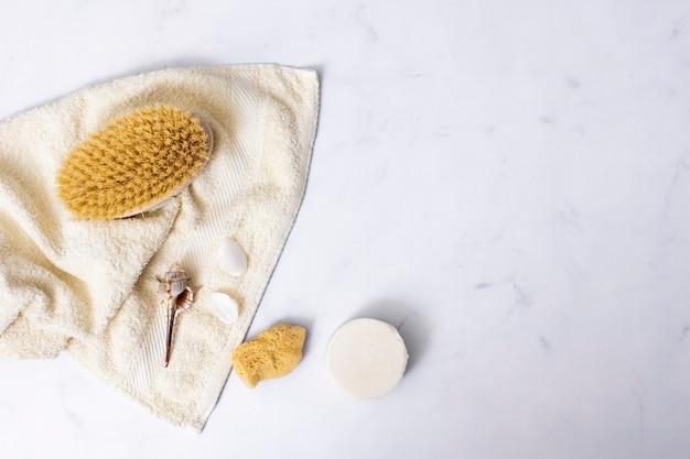 Conceito de banho plana leigos no fundo de mármore com cópia-espaço