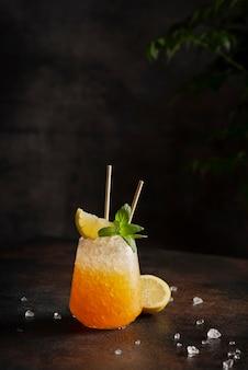 Conceito de bar, coquetel com gelo picado, limão e hortelã na casca, imagem de foco seletivo