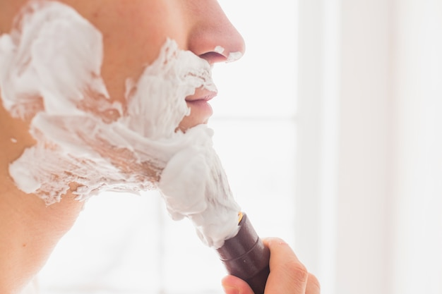 Conceito de barbear com homem atraente