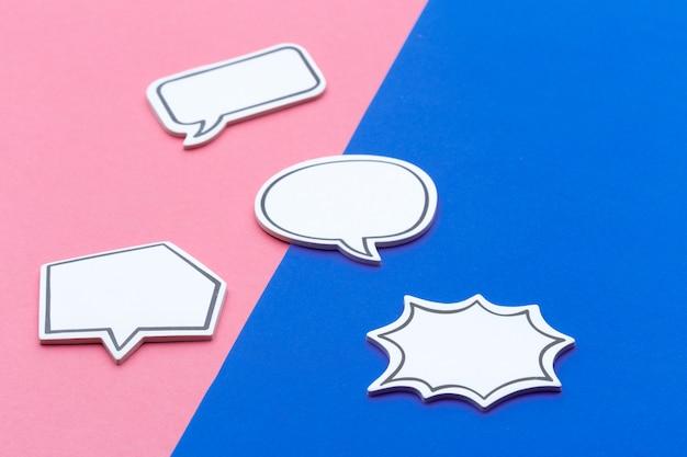 Conceito de bate-papo de mídia social. bolha de bate-papo vazio em branco para texto
