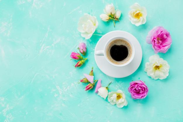 Conceito de bebida de café com xícara de americano e rosas e quadro de pétalas. copie o espaço. layout criativo mínimo com xícara de café, flores rosas coloridas. conceito de beleza, ternura, amor, namoro.