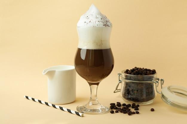 Conceito de bebida deliciosa com café irlandês em fundo bege