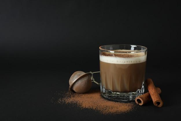 Conceito de bebida deliciosa com café irlandês em fundo preto