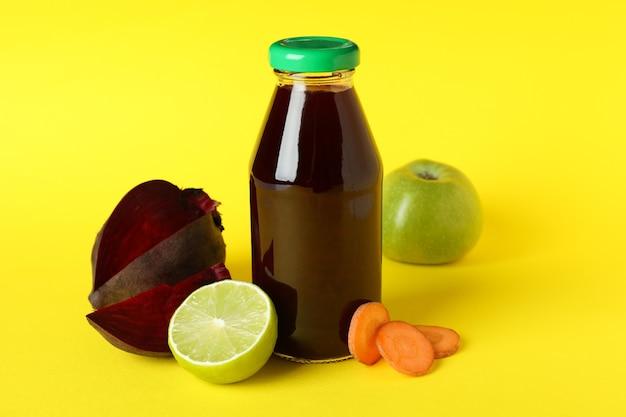 Conceito de bebida saudável com batido de beterraba