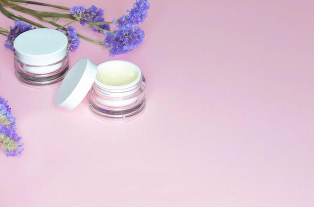 Conceito de beleza. cosméticos naturais para o cuidado diário da pele, efeito antienvelhecimento, lifting, refrescante, de limpeza, hidratante.
