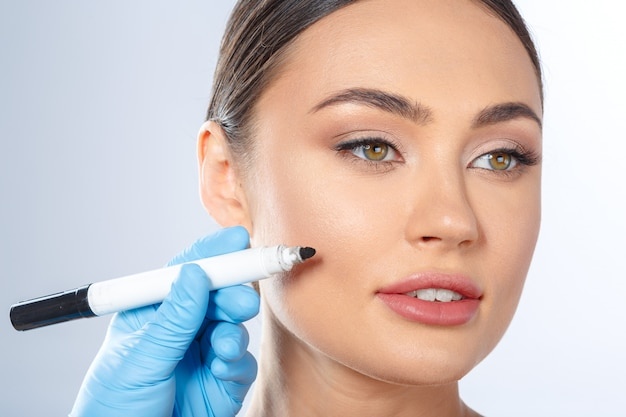 Conceito de beleza de cirurgia plástica de cosmetologia