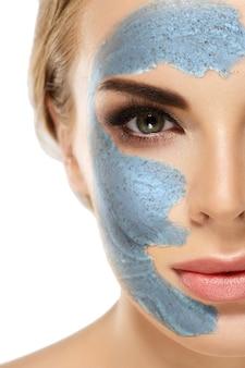 Conceito de beleza de meia face de máscara de spa de mulher. conceito de beleza de meia face de máscara de spa de mulher. vista de perto.