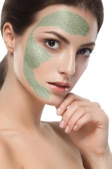 Conceito de beleza de meia face de máscara de spa de mulher. conceito de beleza de meia face de máscara de spa de mulher.