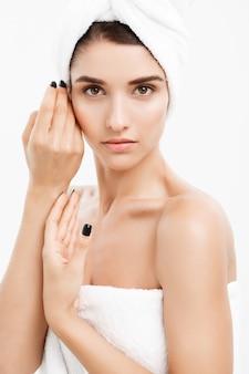 Conceito de beleza e cuidados com a pele - close-up bela jovem tocando sua pele.