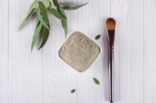 Conceito de beleza. ingrediente natural de pó liso e lama de argila para máscara facial ou corporal caseira ou esfoliação