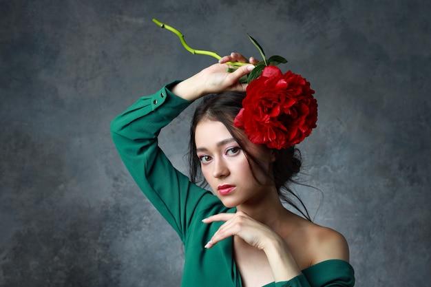 Conceito de beleza, joias, pessoas e luxo - linda mulher asiática elegante vestido com flor de peônia