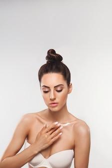 Conceito de beleza. mulher aplicando creme cosmético