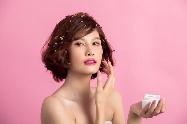 Conceito de beleza. mulher segura um hidratante na mão