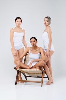 Conceito de beleza multiétnica. modelos asiáticos, caucasianos e africanos muito posando.