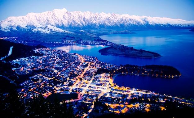 Conceito de belos destinos de viagem do lago da paisagem urbana da montanha