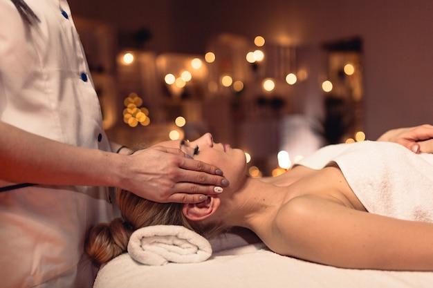 Conceito de bem-estar com a mulher no salão de massagem