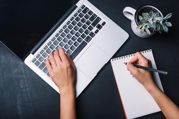 Conceito de bloco de notas e laptop