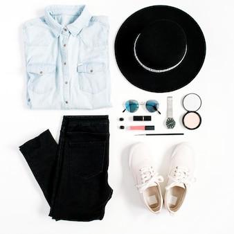 Conceito de blog de beleza. roupas e acessórios de mulher: chapéu, jeans, camiseta, relógios, óculos de sol, tênis em fundo branco. plano leigo, vista superior, fundo feminino da moda na moda.