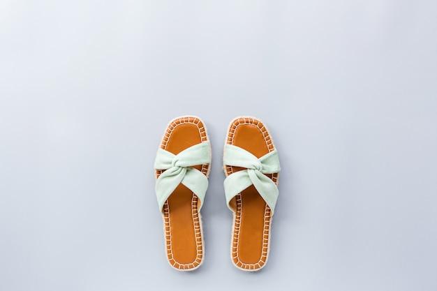 Conceito de blog de beleza. sapatos femininos azuis pálidos em cinza