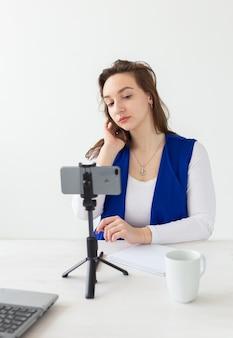 Conceito de blog e vlog jovem blogueira falando para a câmera