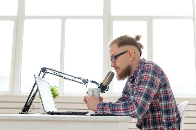 Conceito de blogger, streamer e pessoas - dj engraçado jovem trabalhando no rádio