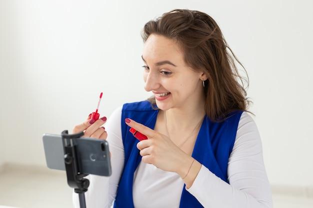 Conceito de blogging, vlog e pessoas - blogueira de beleza fazendo um vídeo sobre cosméticos