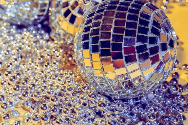 Conceito de bola de discoteca. isolado em amarelo