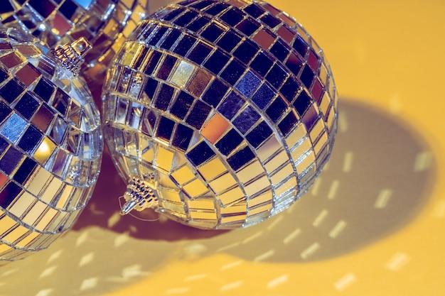 Conceito de bola de discoteca. isolado em fundo amarelo