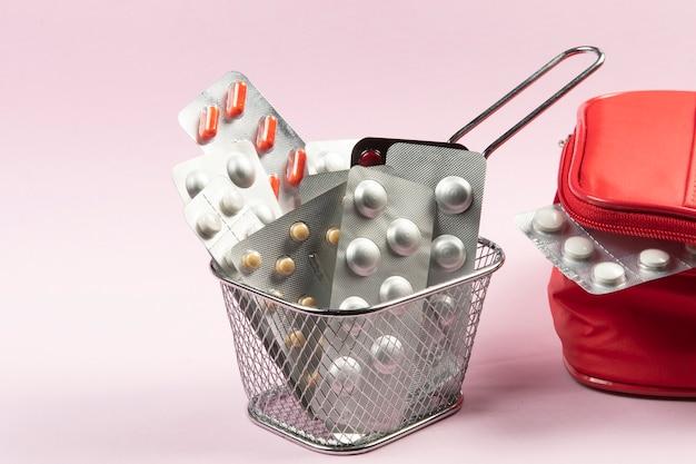 Conceito de bolhas de remédios e pílulas em uma cesta para fazer compras