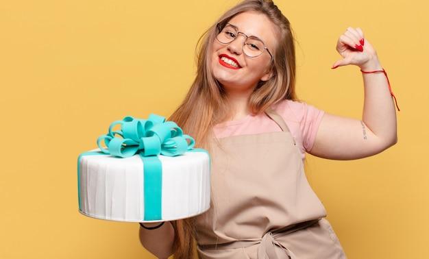 Conceito de bolo de aniversário de mulher jovem e bonita