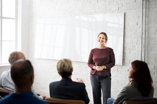 Conceito de brainstorming de conferência de pessoas de negócios