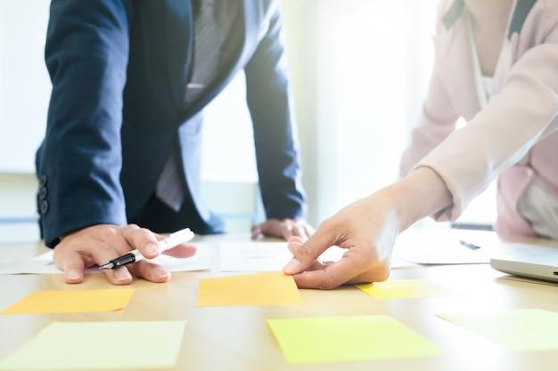 Conceito de brainstroming de estratégia de planejamento e compartilhamento de negócios