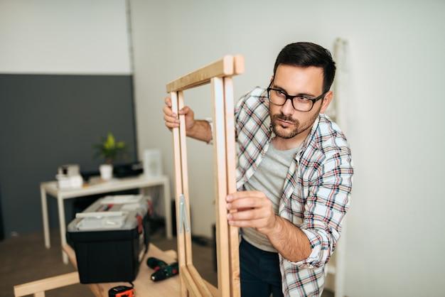 Conceito de bricolage jovem mesa de madeira de montagem.