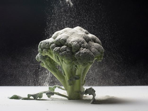 Conceito de brócolis com farinha