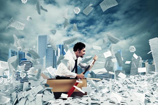 Conceito de burocracia com o homem remando em um mar de lençóis