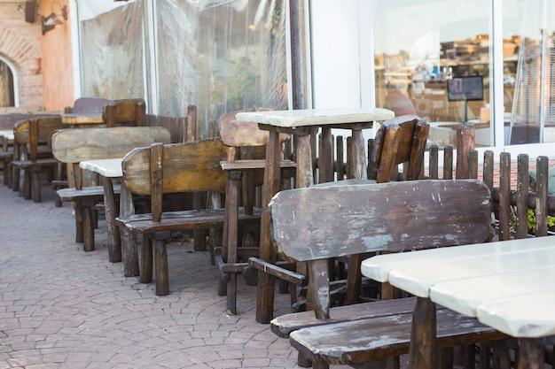 Conceito de café, cafeteria, taverna e restaurante - café nas ruas da velha cidade europeia.