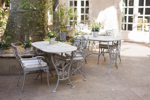 Conceito de café, cafeteria, taverna e restaurante - mesas de café de rua ao ar livre prontas para o serviço.
