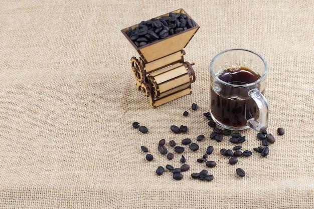 Conceito de café colombiano isolado com máquina de moer e grãos de café