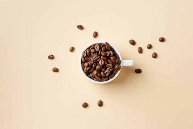 Conceito de café com grãos de café na xícara. vista do topo.