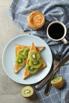 Conceito de café da manhã com torradas com abacate