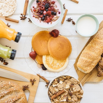 Conceito de café da manhã saudável com panquecas