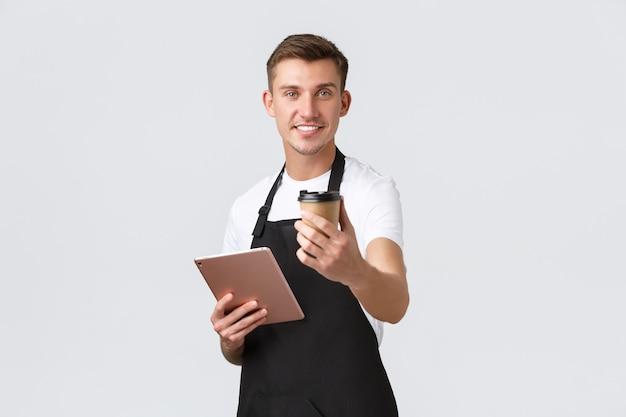 Conceito de café e restaurantes de café para pequenas empresas sorrindo bonito barista na preparação de avental preto ...