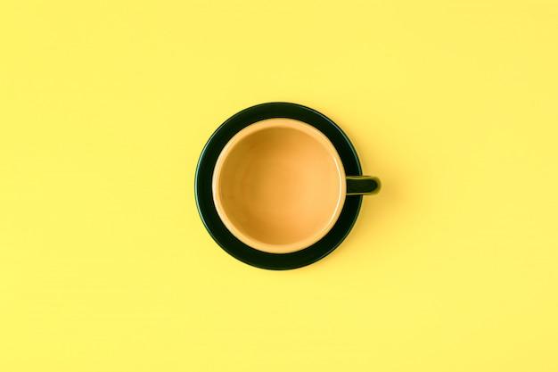 Conceito de café em fundo pastel brilhante