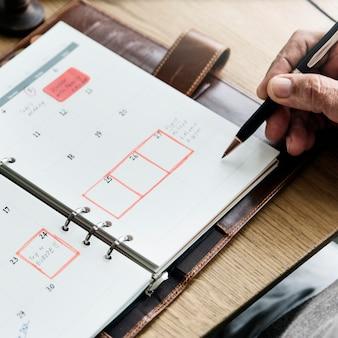 Conceito de calendário de agenda de planejamento adulto sênior