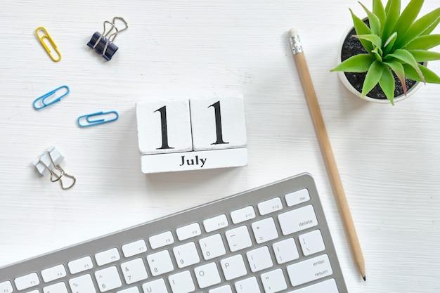 Conceito de calendário do mês de 11 de julho o décimo primeiro dia em blocos de madeira.