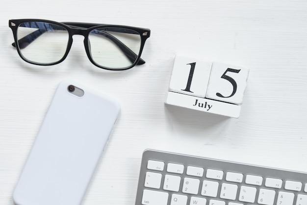 Conceito de calendário do mês de 15 de julho dia quinze em blocos de madeira.