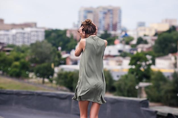 Conceito de caminhada do estresse sozinha da mulher do telhado. relutância em ouvir. surdo para os problemas dos outros