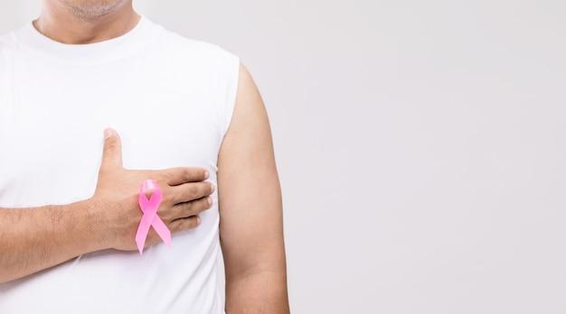 Conceito de câncer de mama em homens: retrato de homem asiático e fita rosa símbolo da campanha contra o câncer de mama.
