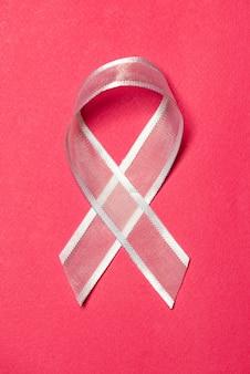Conceito de câncer de mama. fita rosa na cor de fundo.
