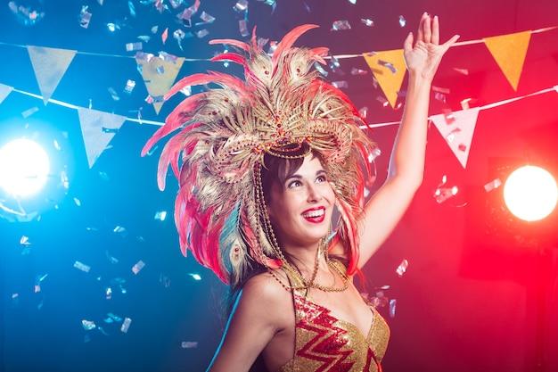 Conceito de carnaval, dançarina e feriado - mulher morena bonita em traje de cabaré e cocar com